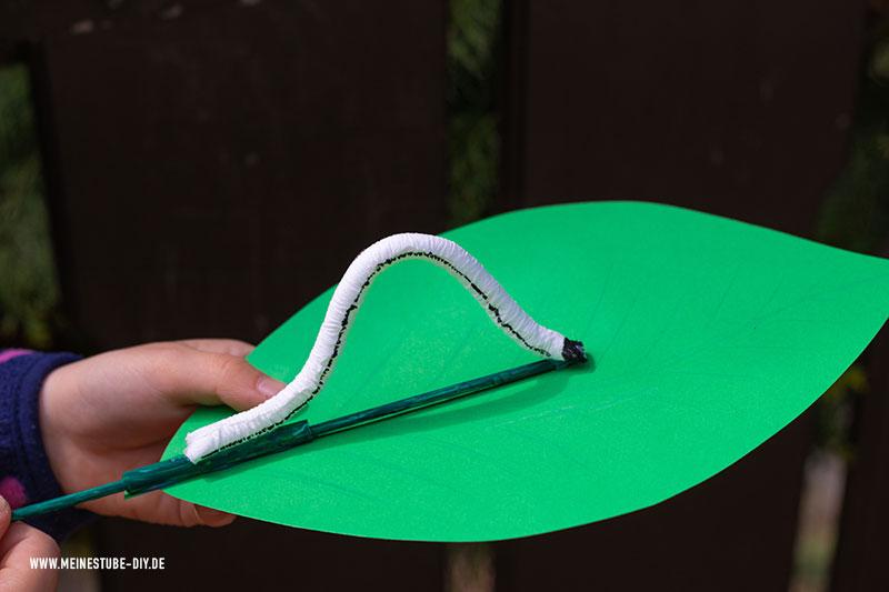 Raupe basteln auf einem grünen Blatt, meinestube-diy